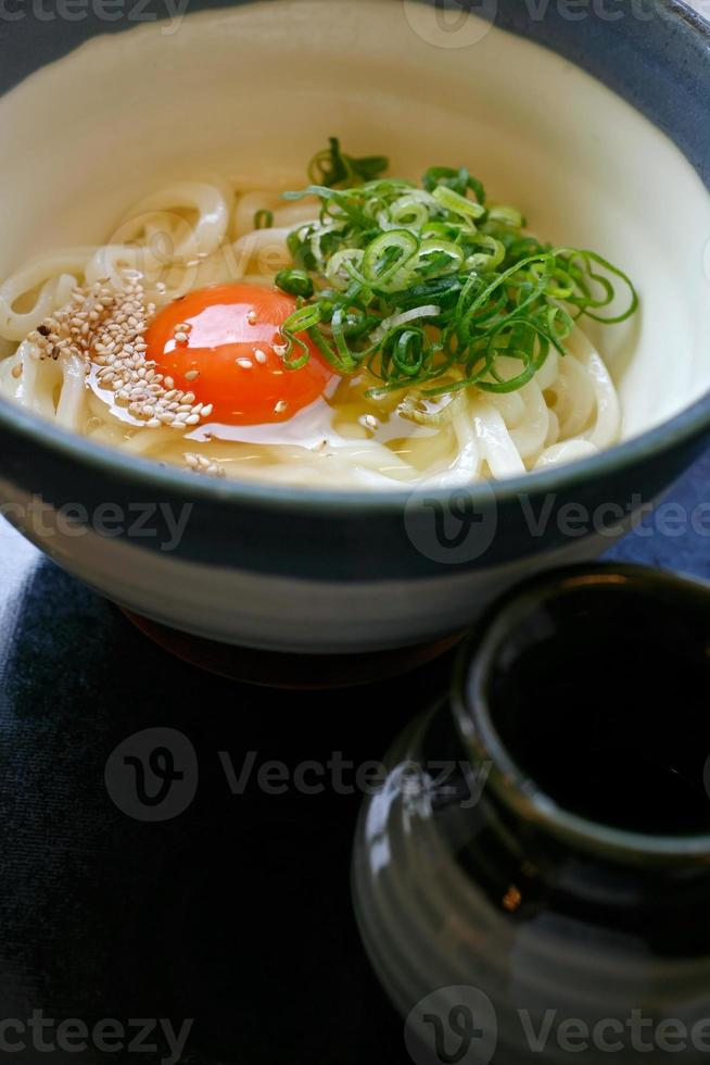 hete udon in bouillon foto