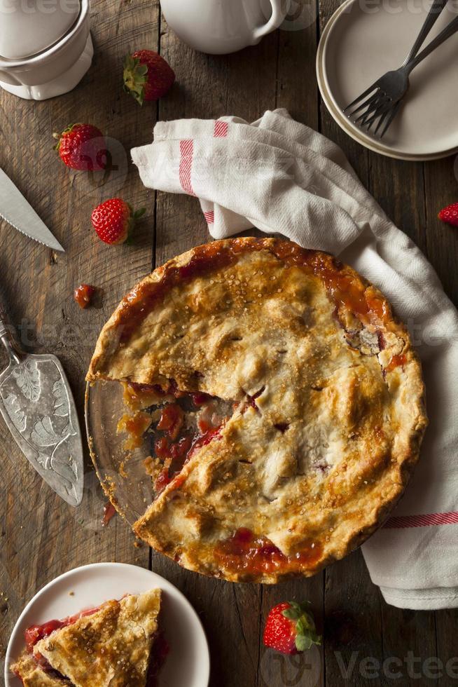 zelfgemaakte aardbeien rabarber taart foto