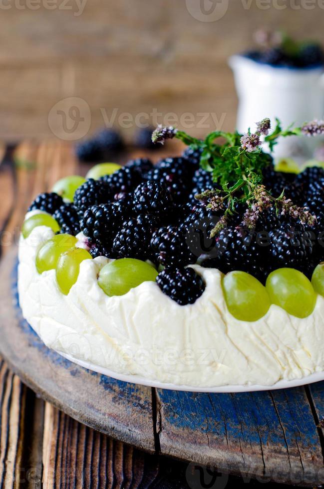 cheesecake met bramen en druiven op een houten tafel oud foto