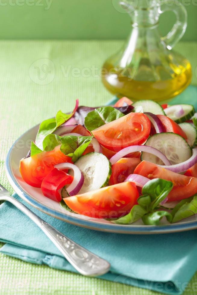 gezonde tomatensalade met ui komkommer peper foto