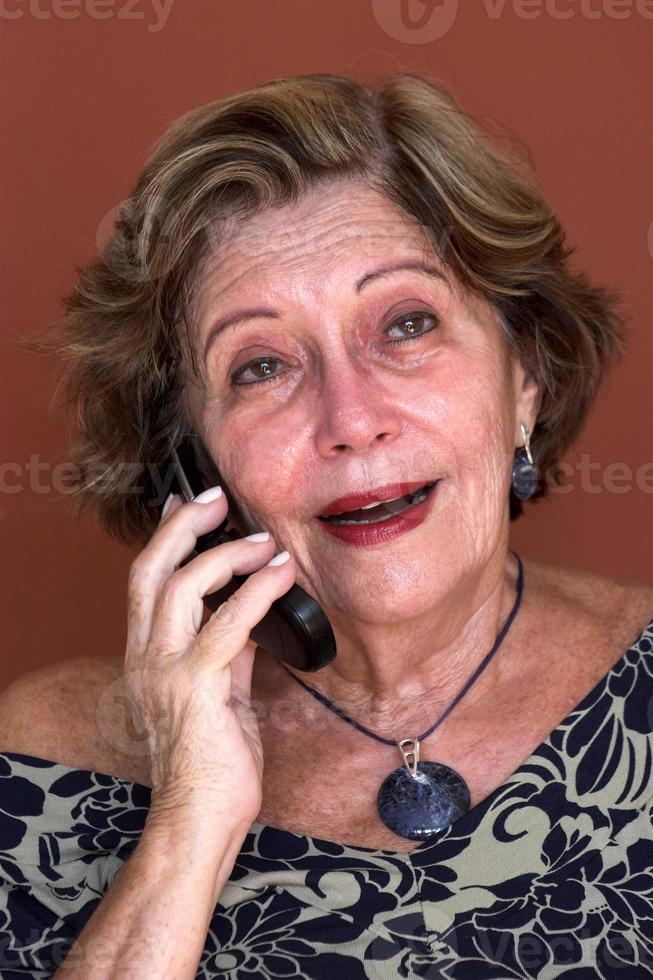 senior vrouw praten over de mobiele telefoon foto