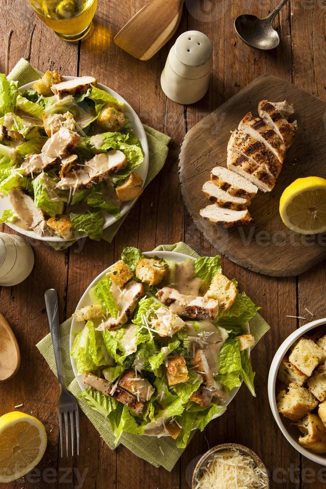 gezonde Caesarsalade met gegrilde kip foto