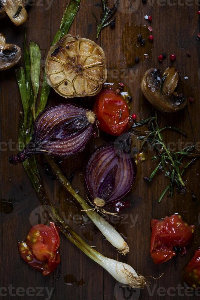 gegrilde uien en groenten op snijplank foto