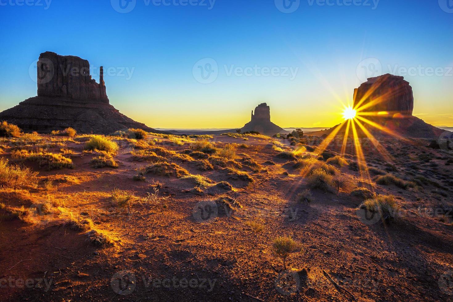 zonsopgang bij monument valley foto