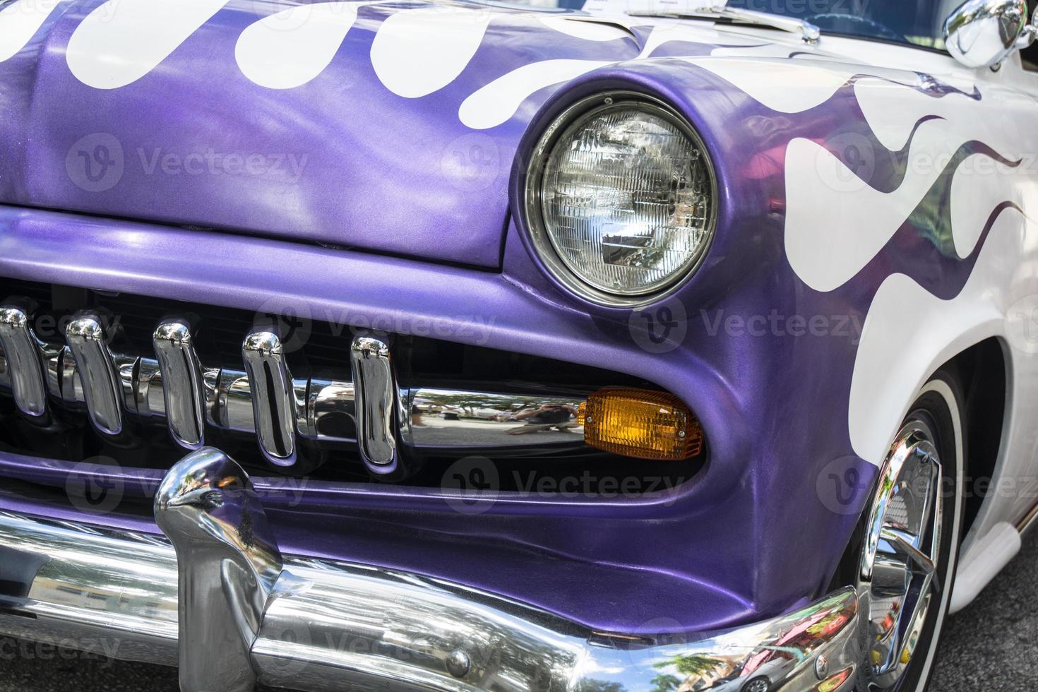 paarse klassieke muscle car met chroom en vlammen foto