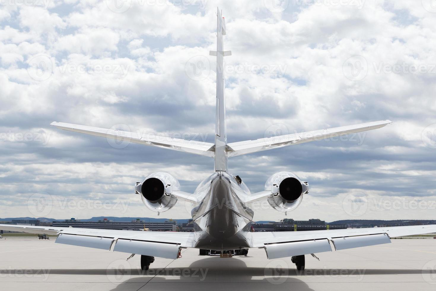 vliegtuigen learjet vliegtuig voor luchthaven met bewolkte hemel foto