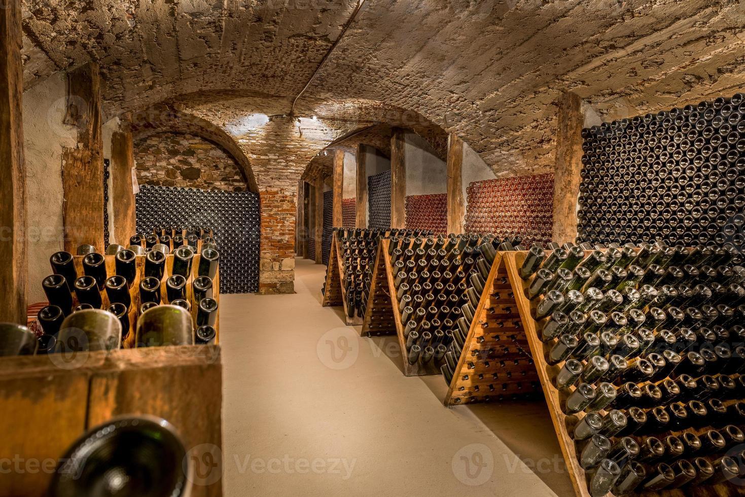 wijnkelder, een rij champagneflessen foto