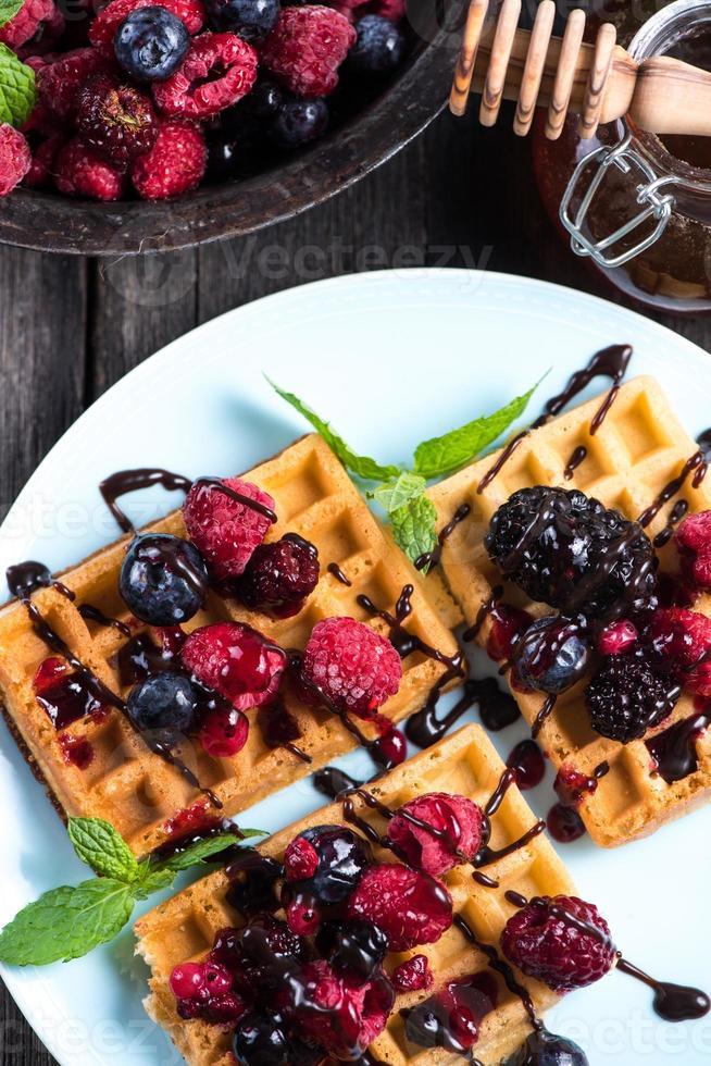 zoet ontbijt, wafels met bessen foto