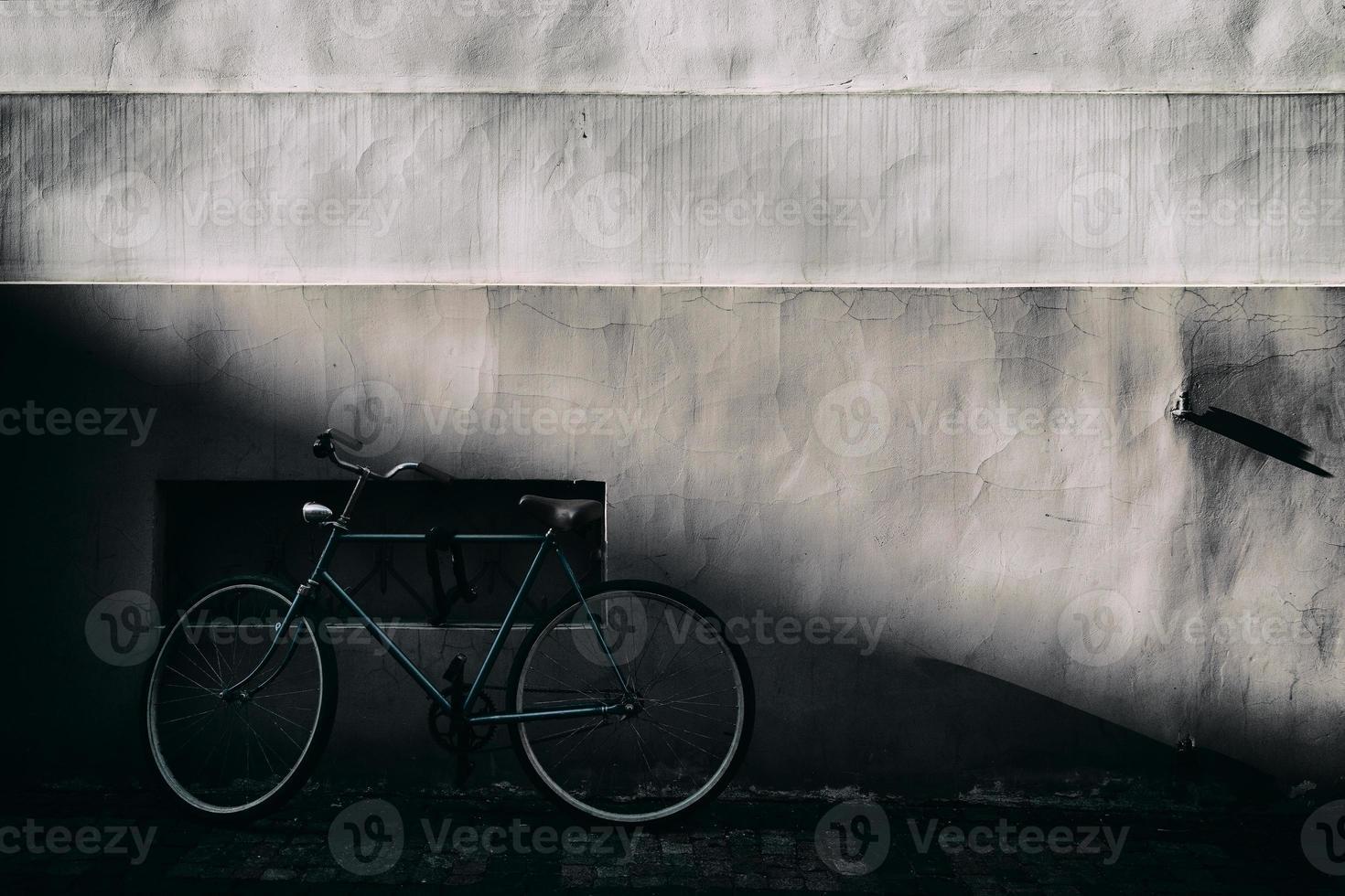 fietsers tegen een oude muur met een reliëf foto