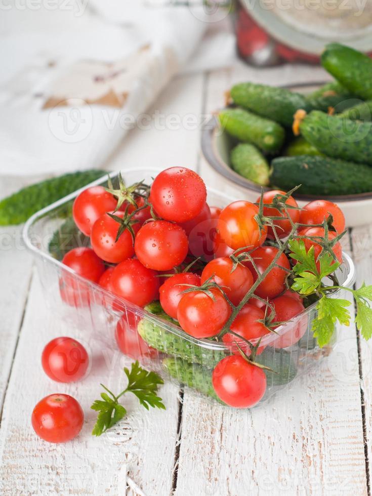 cherrytomaatjes en komkommer foto