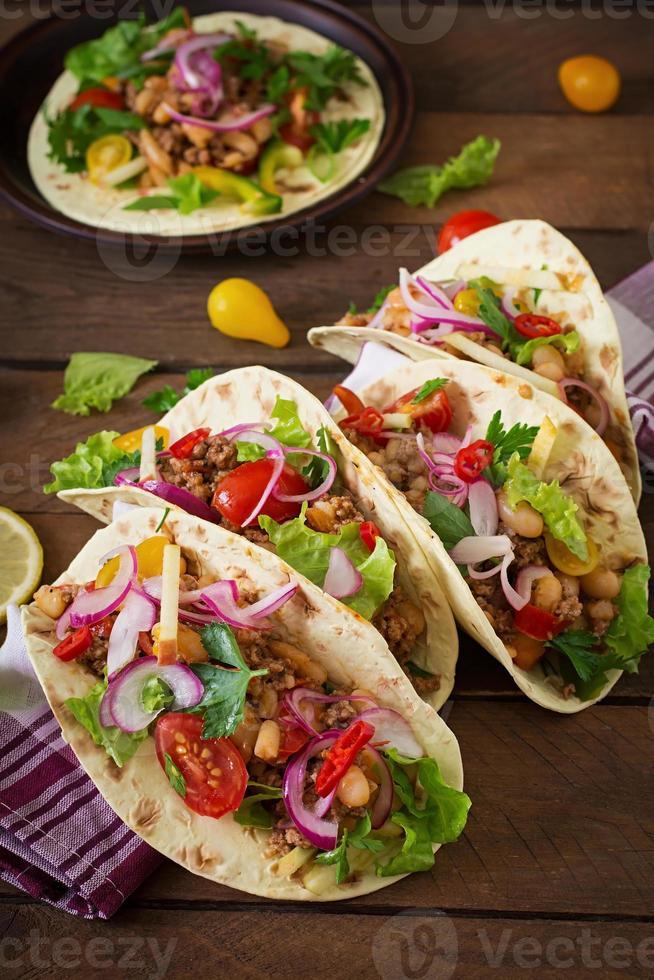 Mexicaanse taco's met vlees, bonen en salsa foto