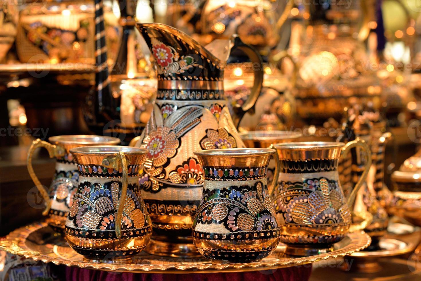 groep van traditionele Turkse theepot op de grote bazaar, istanbul. foto