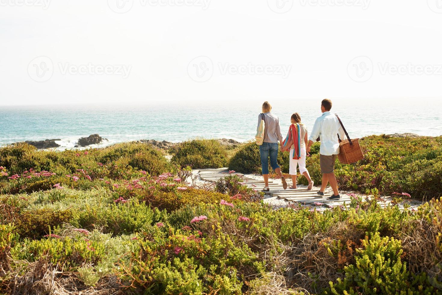 een wandeling maken naar het strand foto