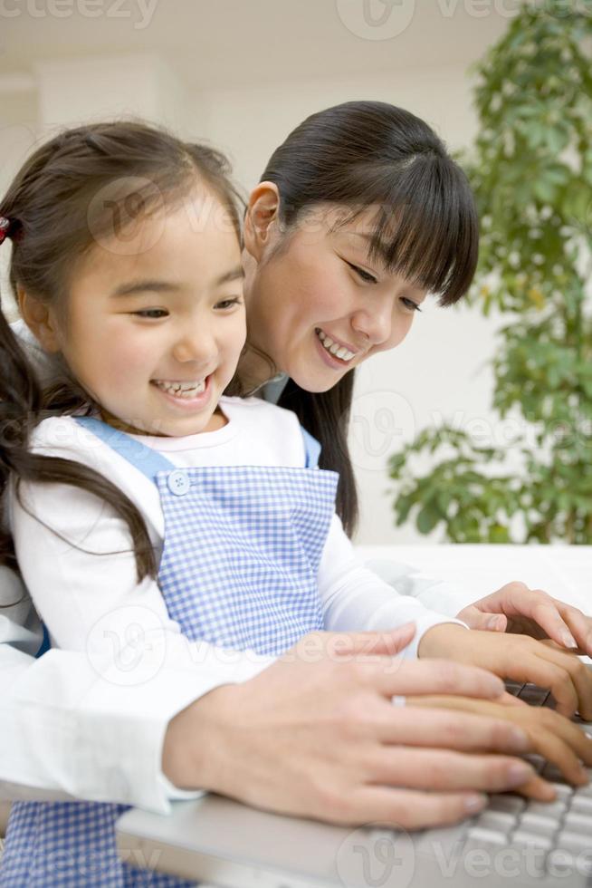 ouders en kind toetsenbord typen foto