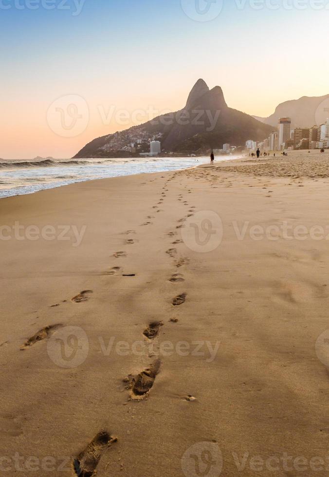 voetstappen op zand in Rio de Janeiro, Brazilië foto