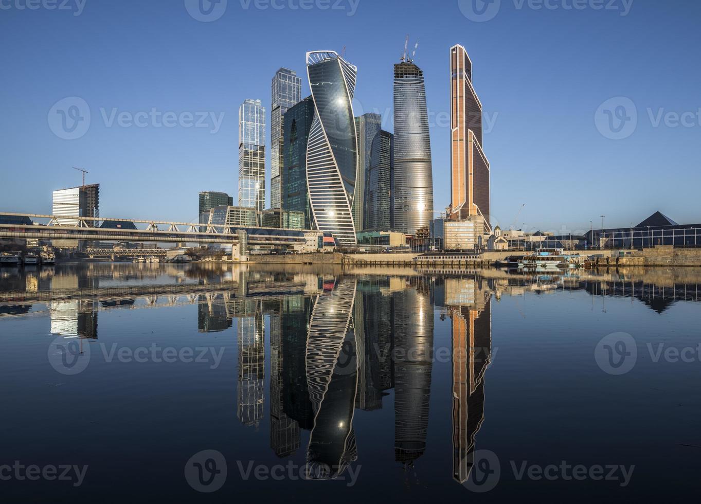 het zakencentrum van de stad Moskou bij zonsopgang foto