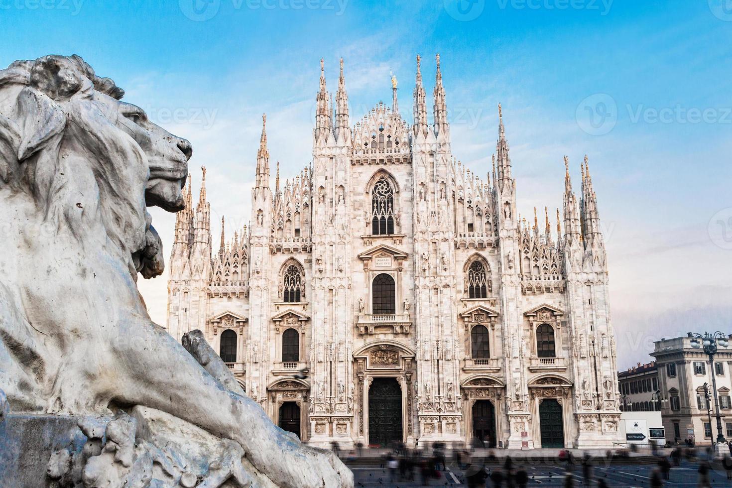 Duomo kathedraal van Milaan, Italië. kijk van standbeeld van leeuw foto