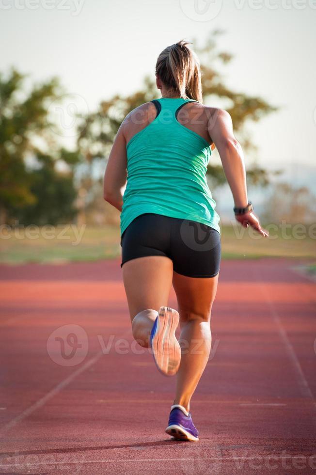 vrouwelijke atleet op een atletiekpiste foto