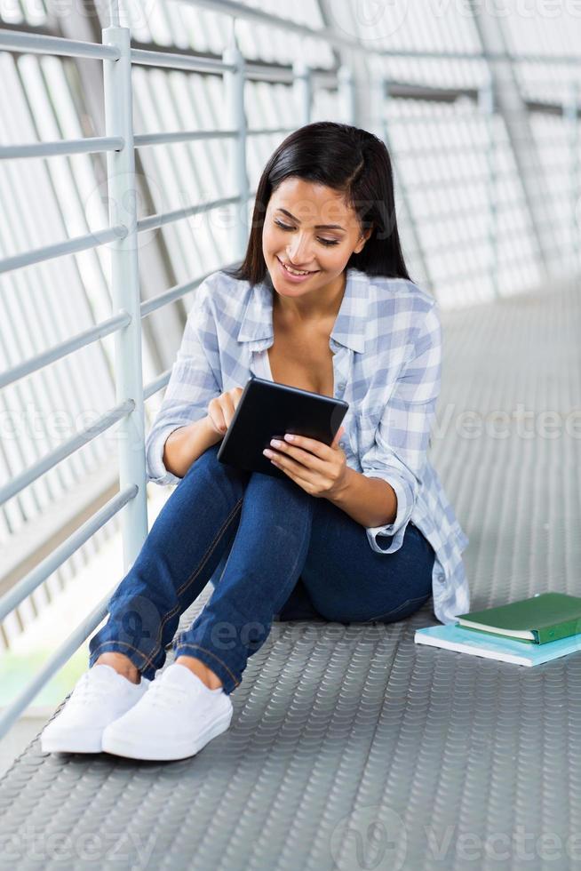 vrouwelijke universiteitsstudent met behulp van tablet-computer foto