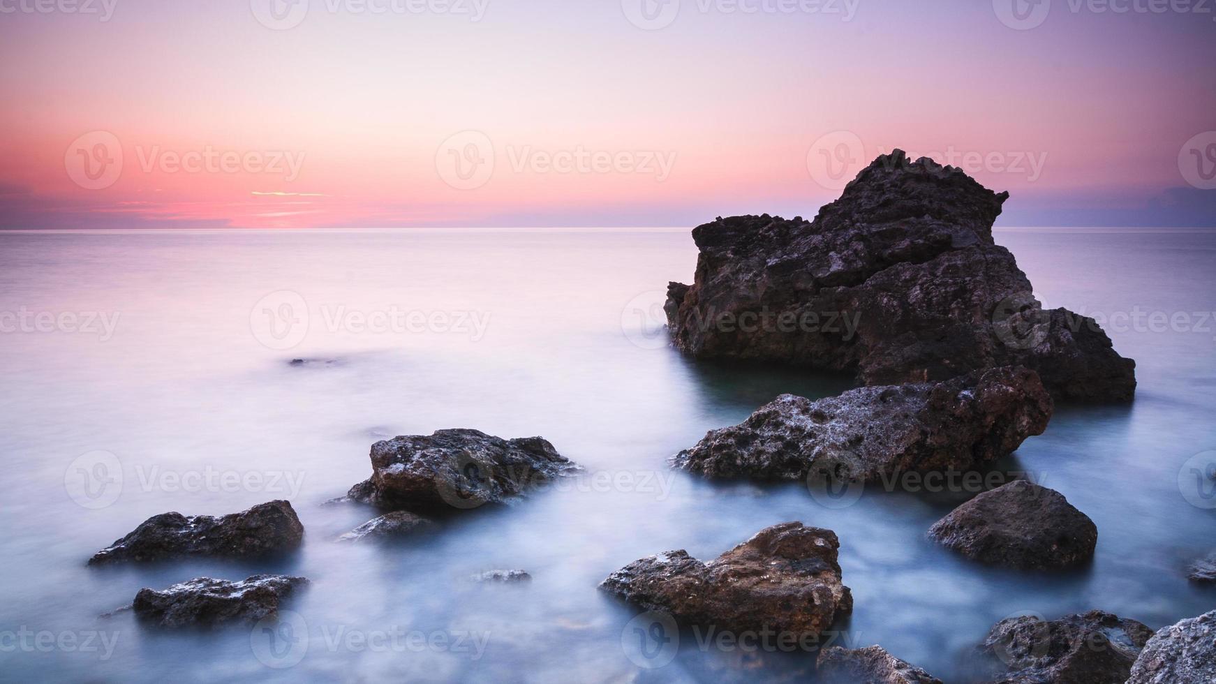 zonsondergang over zee foto