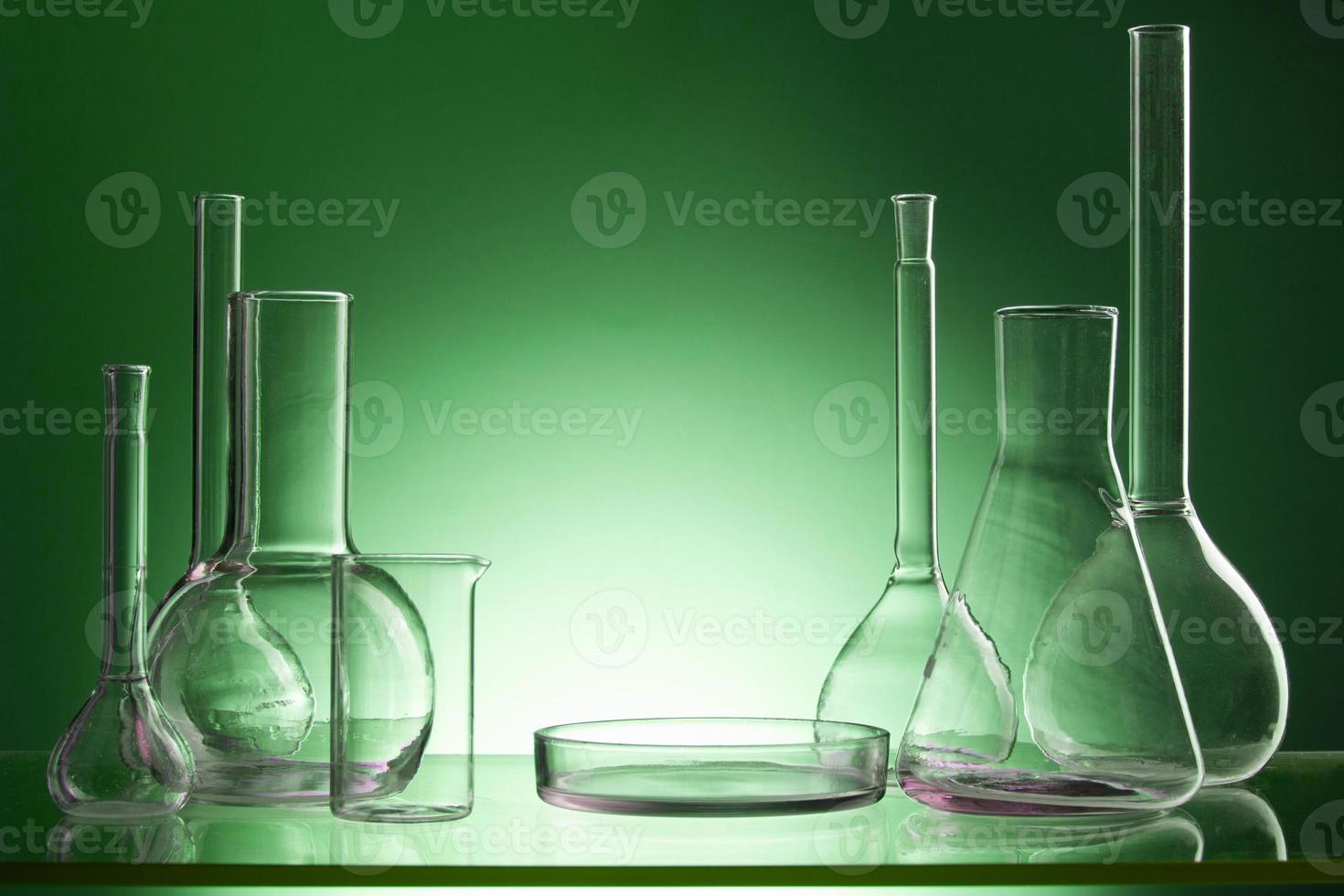 geassorteerde lege laboratoriumglaswerk, reageerbuizen. foto