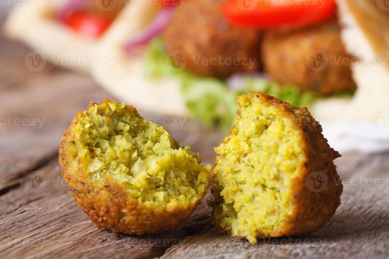 falafel macro tegen de achtergrond van pitabroodje foto