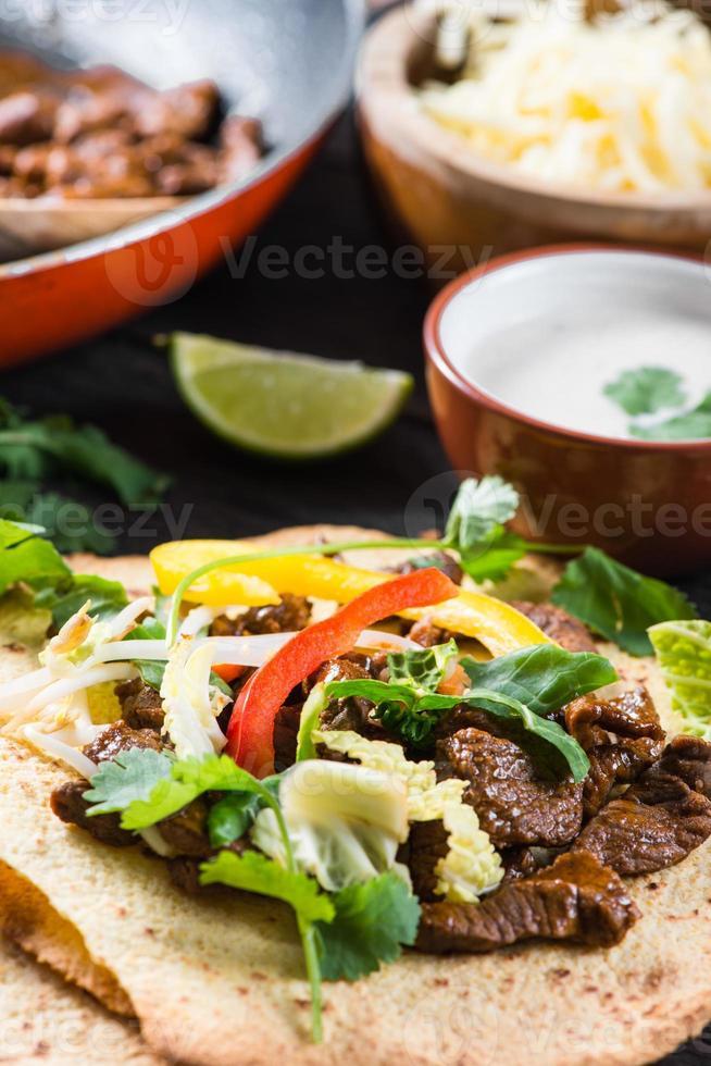 bovenaanzicht op authentieke Mexicaanse straat taco eten foto