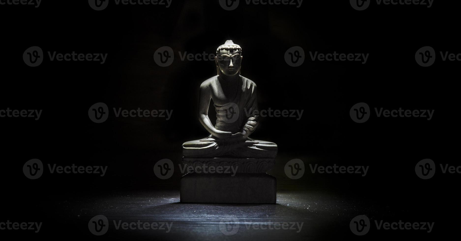 Boeddhabeeld op een tafel foto