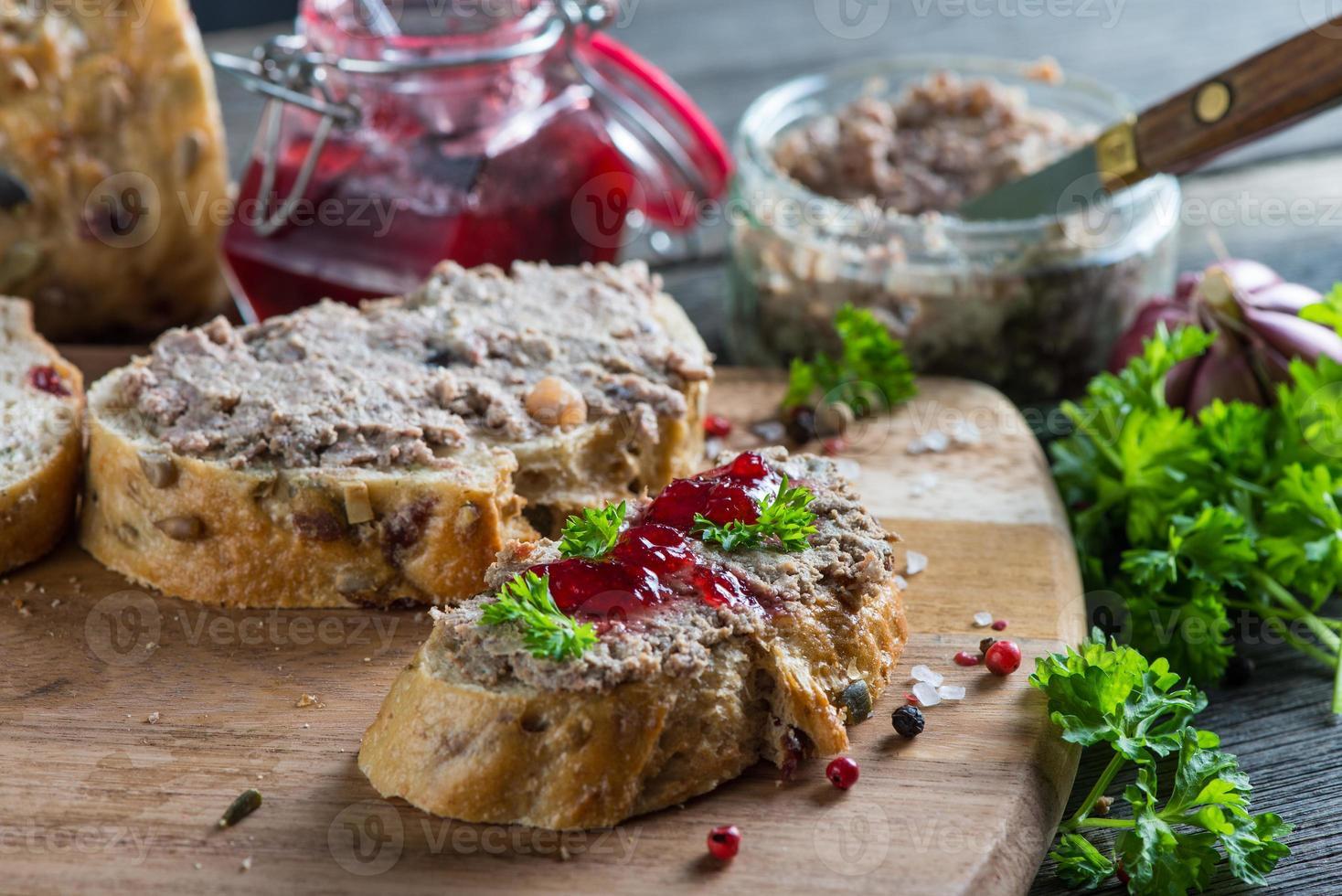 kippenlever of ganzenpastei op volkorenbrood en cranberry foto