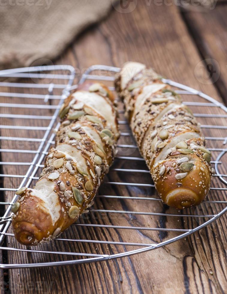 wat pretzelbroodjes met zaden foto