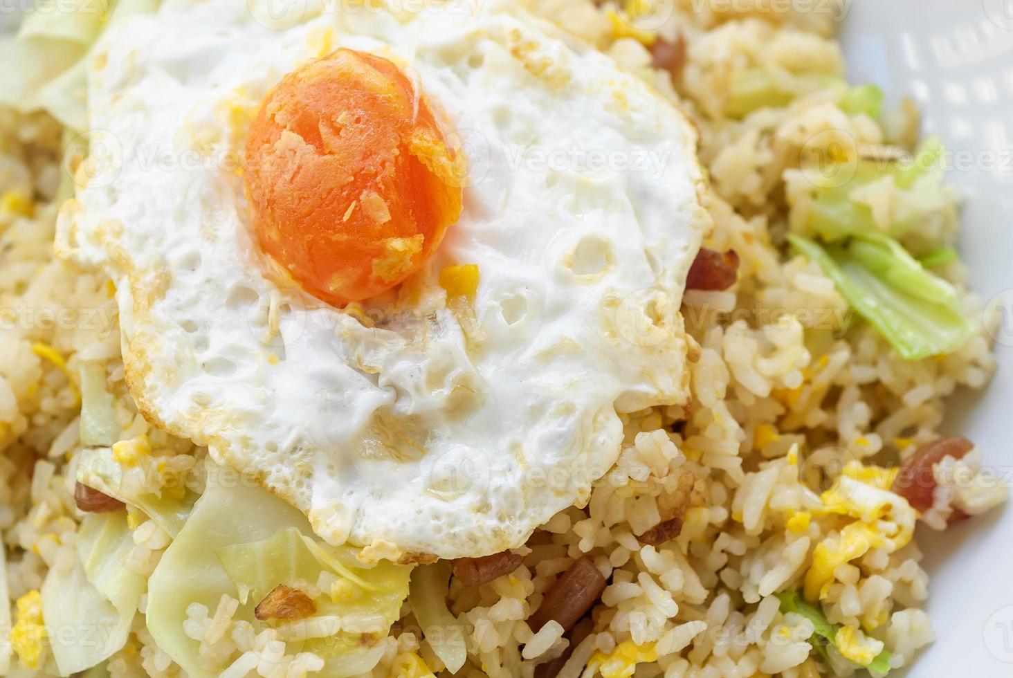 gebakken rijst met chinese worst en gezouten eigeel foto
