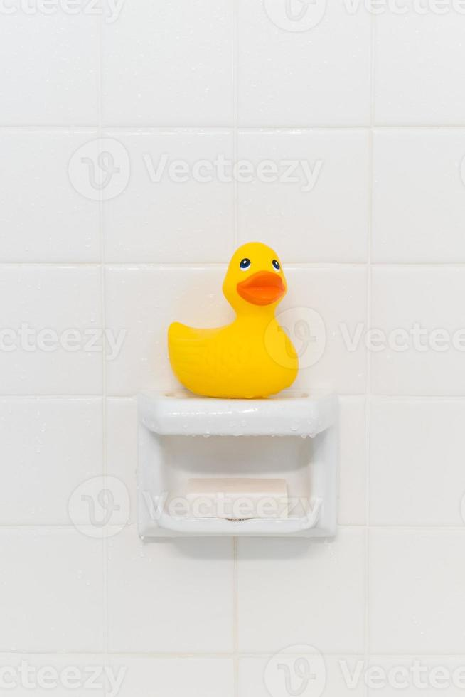 rubberen eend in de douche foto