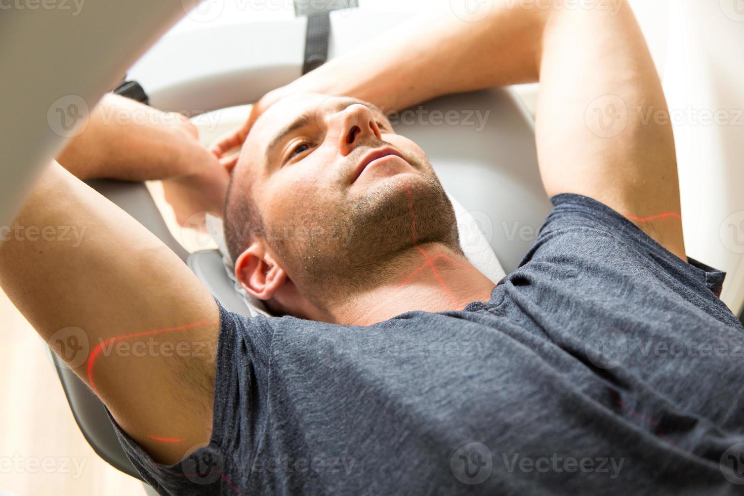 patiënt onderzocht in tomografie ct bij radiologie foto