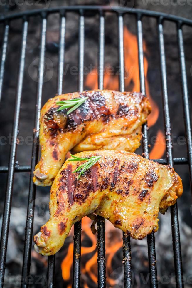 geroosterde kippenpoten op de oude grill foto