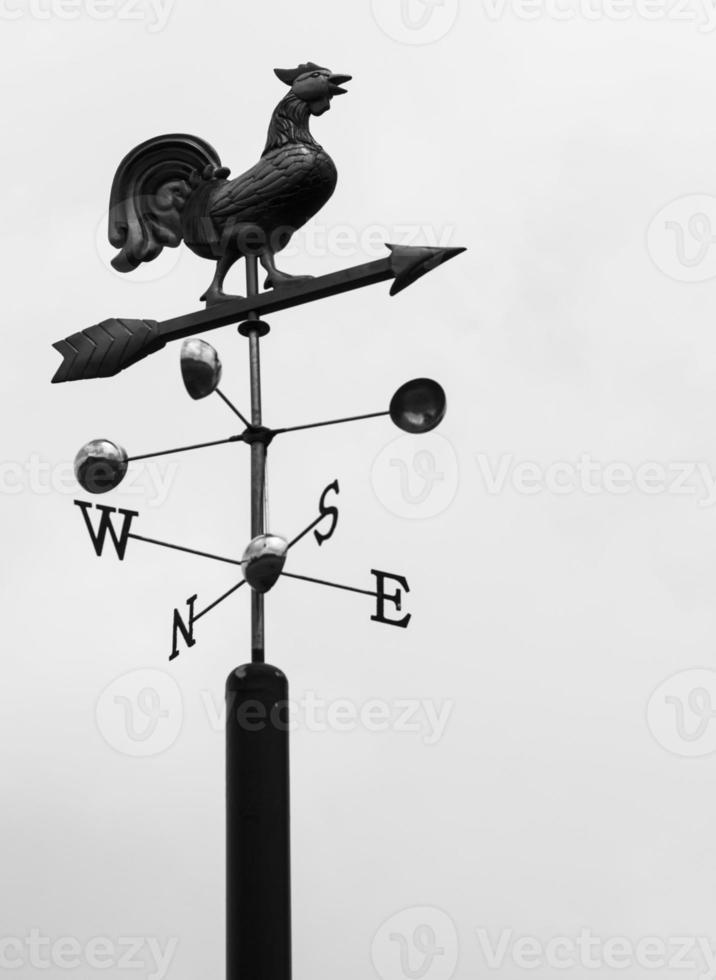 windwijzer die naar het oosten wijst foto
