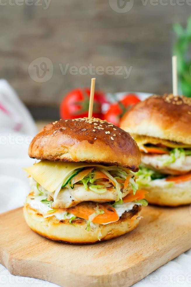 hamburgers met kip en gevulde sappig met komkommer, wortelen a foto