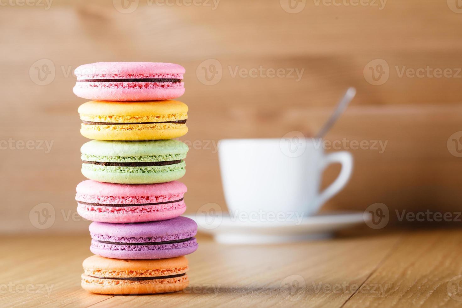 zes kleurrijke Franse macaron en beker foto