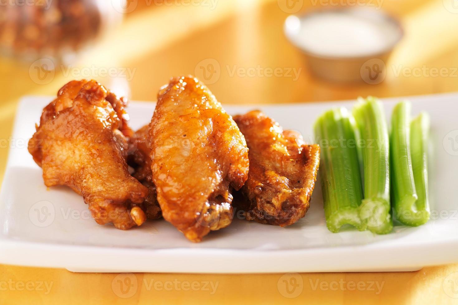 bbq buffalo chicken wings met ranch dip en selderij foto