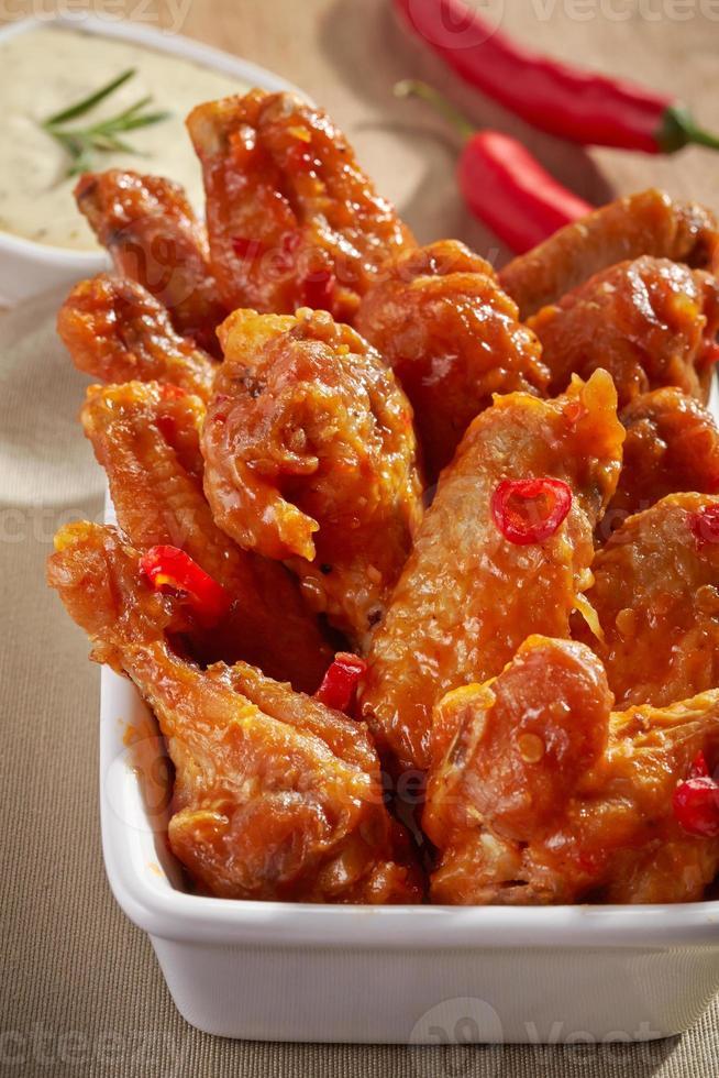 gebakken kippenvleugels met zoete chilisaus foto