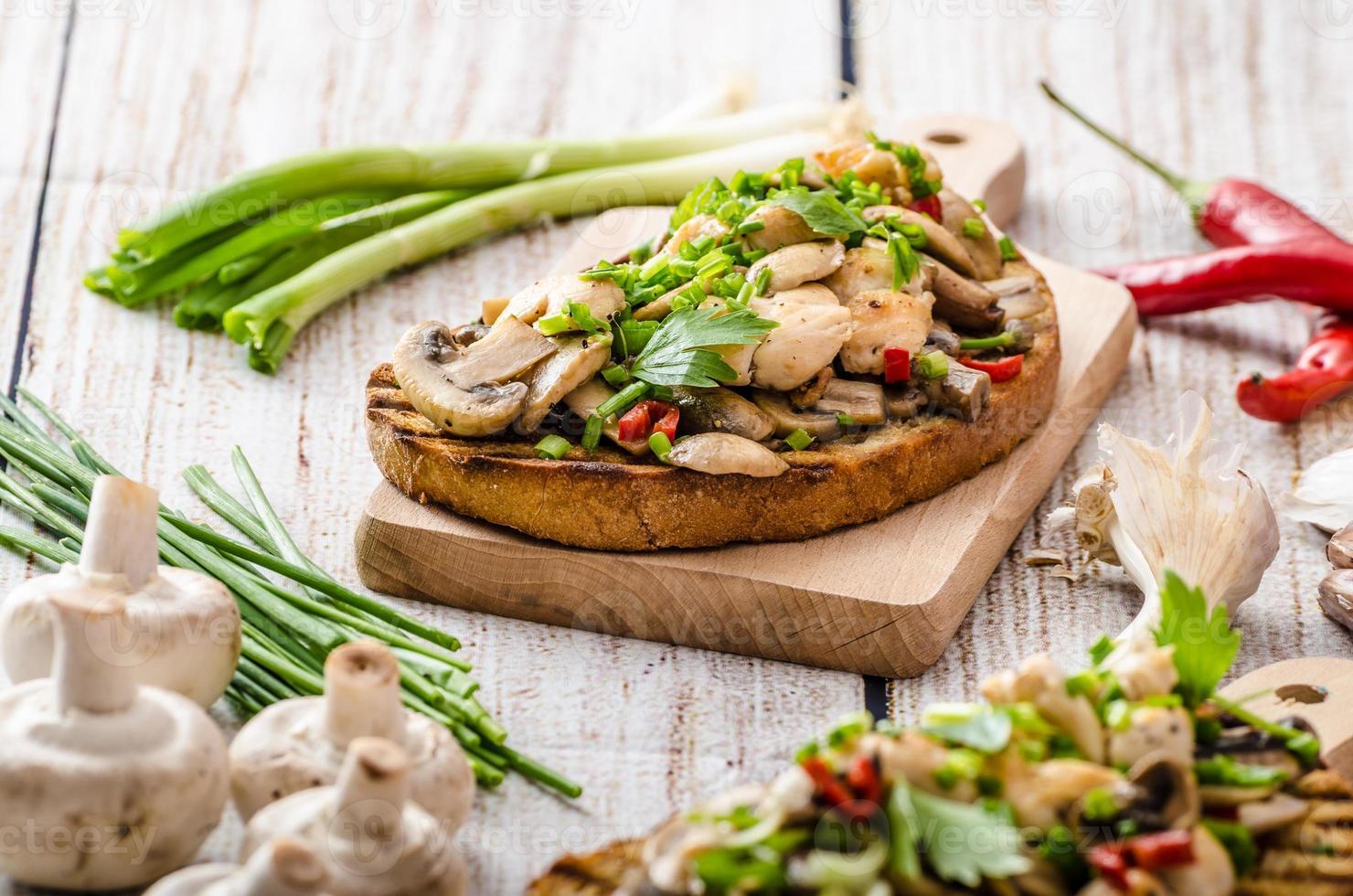 toast met champignons en gebakken kip foto