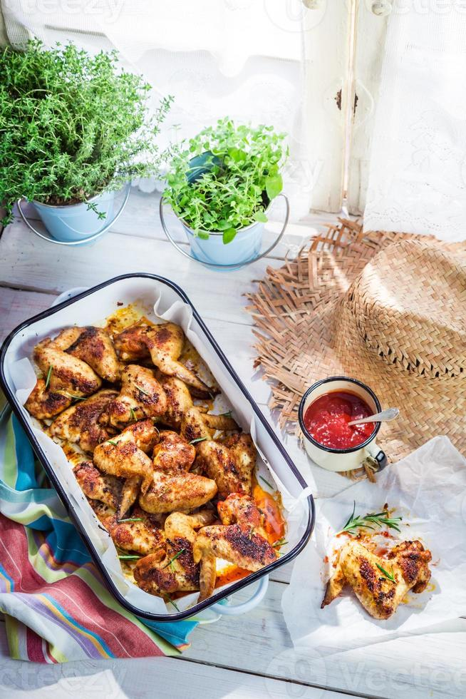 pittige kippenvleugels met barbecuesaus in rustieke keuken foto