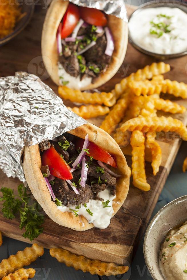 huisgemaakte vleesgyro met tzatziki saus en frietjes foto