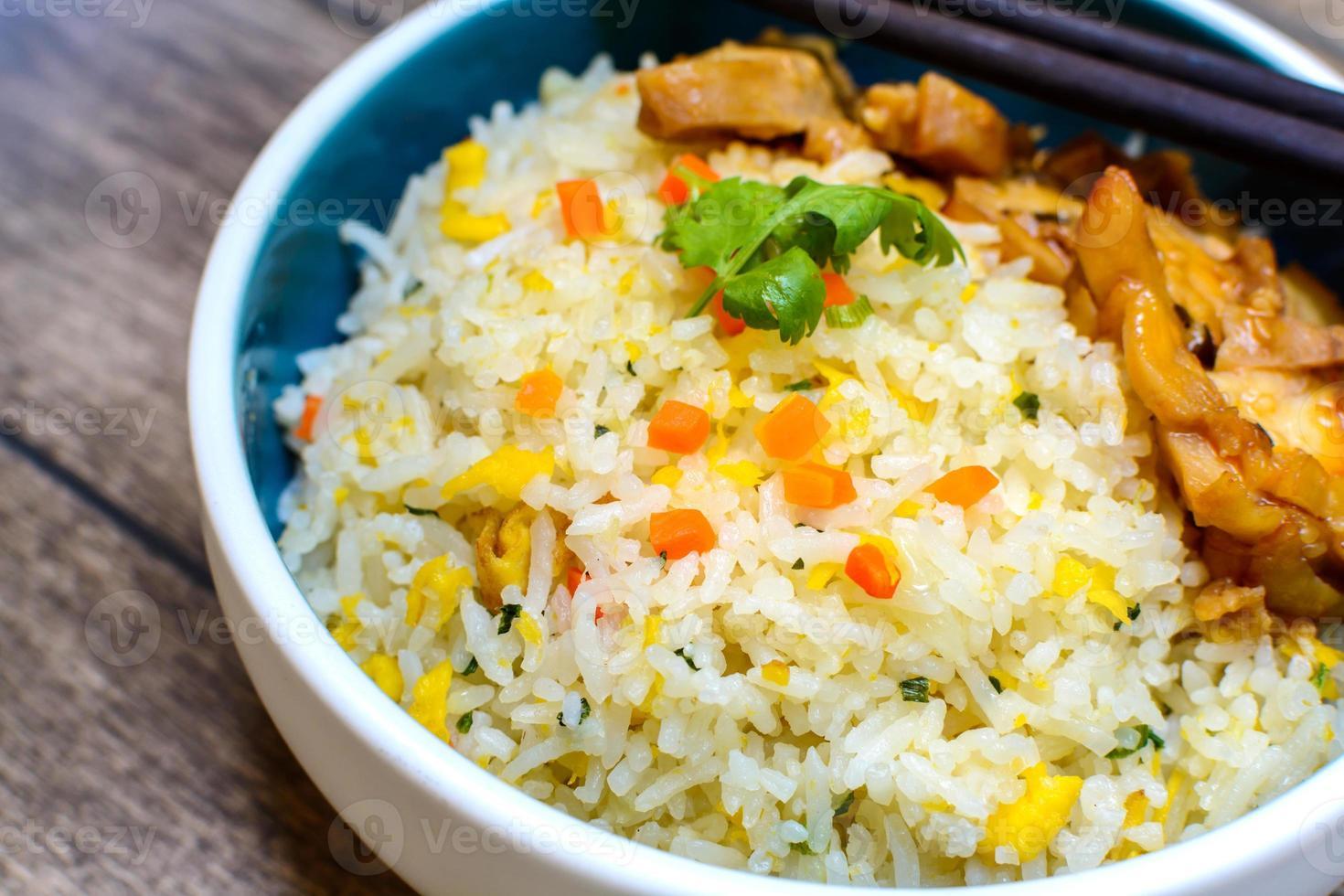 gebakken rijst met kip teriyaki foto