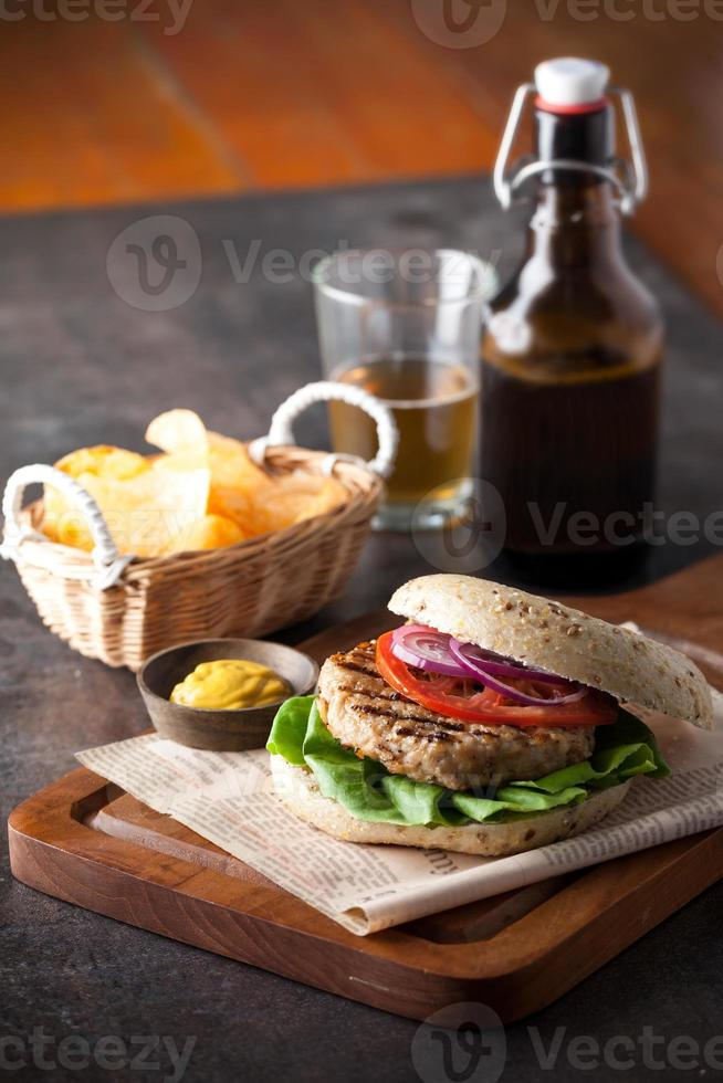 hamburger met bier foto