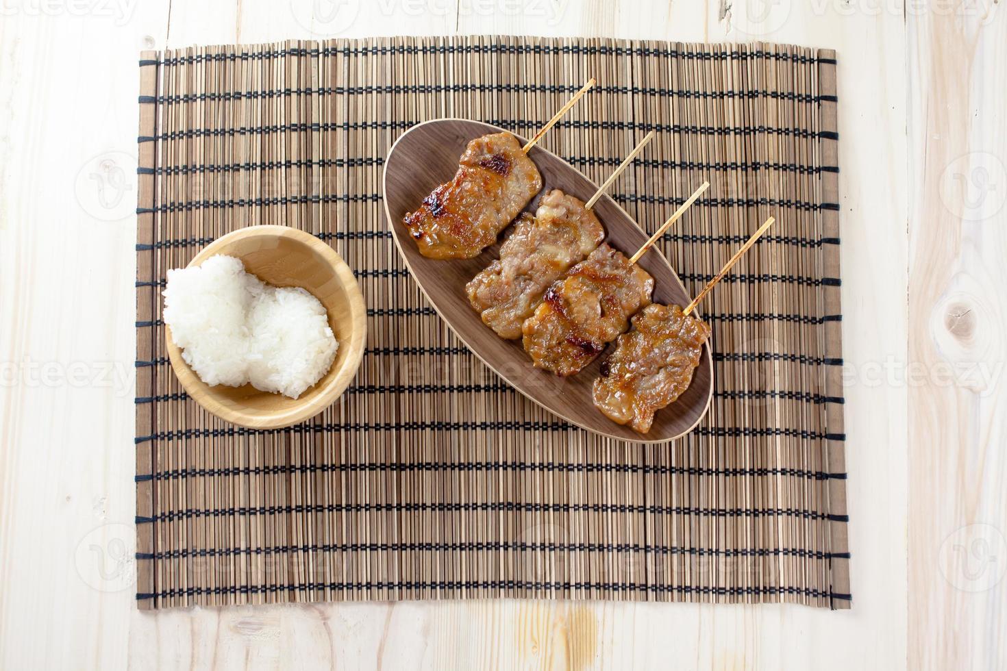 gegrild varkensvlees in Thaise stijl en plakrijst foto