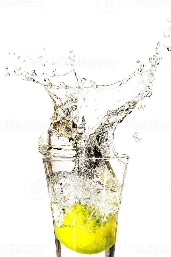 splash in drankje met citroen foto