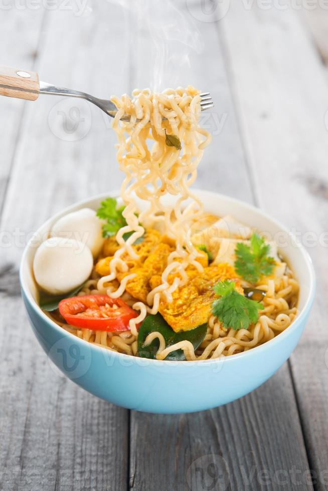 verse hete pittige curry instant noodles foto