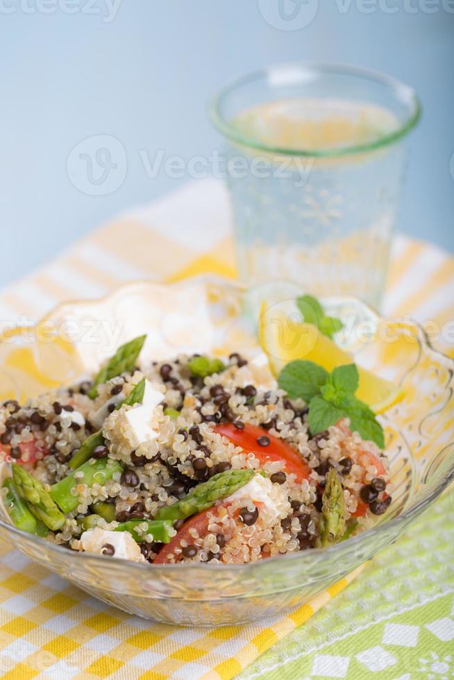 vegetarische salade met asperges, linzen, quinoa en tofu foto