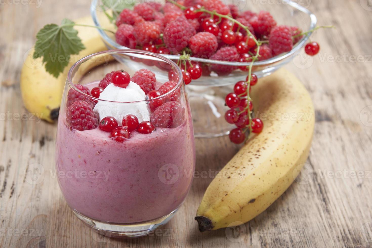 smoothie van banaan, framboos en rode bes foto