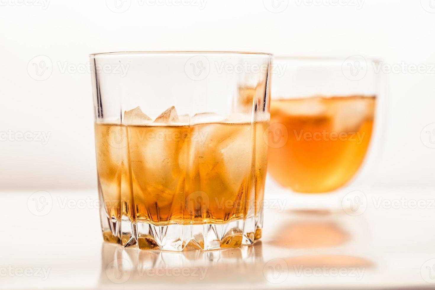 twee verschillende glazen whisky foto
